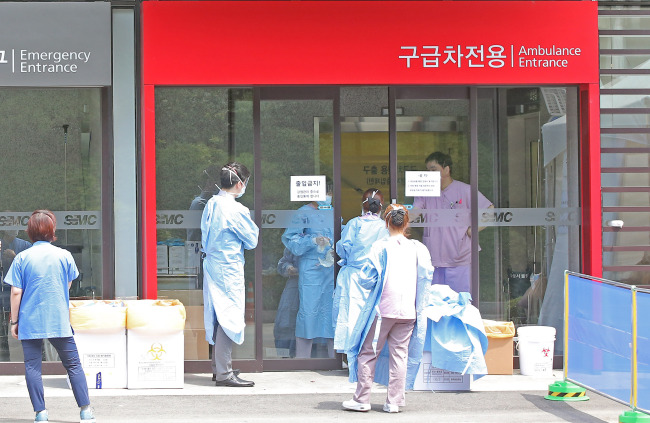Medical staff members enter an emergency room at Samsung Medical Center in southeastern Seoul, where visitor access was restricted due to the MERS risk on Sunday. (Yonhap)