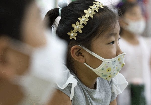 Children wear masks to prevent MERS infection. (Yonhap)