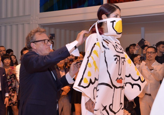 French designer Jean-Charles de Castelbajac holds a painting performance that celebrates the opening of his first art exhibition in Seoul. (Lee Sang-sub/The Korea Herald)