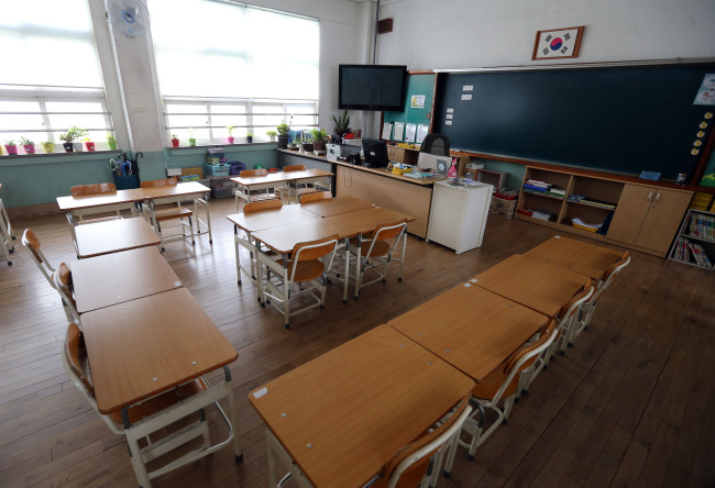 A classroom at an elementary school in Yongsan-gu, Seoul is empty Thursday after the school decided to cancel classes in light of MERS outbreak. (Yonhap)