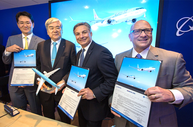 Hanjin Group chairman Cho Yang-ho (second from left) poses with Hanjin KAL executive vice president Cho Won-tae (left) and Boeing Commercial Airplanes CEO Ray Conner (third from left) after signing a memorandum of understanding to purchase aircraft at the Paris Air Show on Tuesday. (Korean Air)