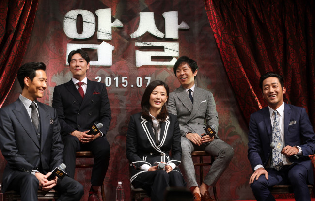 "The lead actors of upcoming film ""Assassination"" at a press conference at CGV Apgujeong, Monday. From left: Lee Jung-jae, Cho Jin-woong, Jun Ji-hyun, Choi Duk-moon and Ha Jung-woo. (Yonhap)"