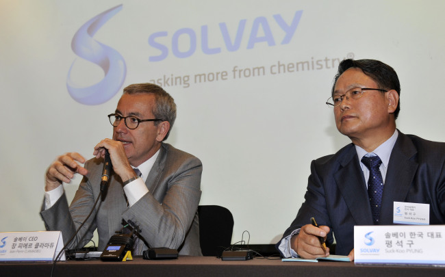 Solvay Group CEO Jean-Pierre Clamadieu (left) and the Korean unit head Pyung Suk-koo on Monday vowed to focus on the Korean market as the center of research for high-tech materials, at a news conference to celebrate the group's 40th anniversary since launching in Korea. (Solvay Korea)