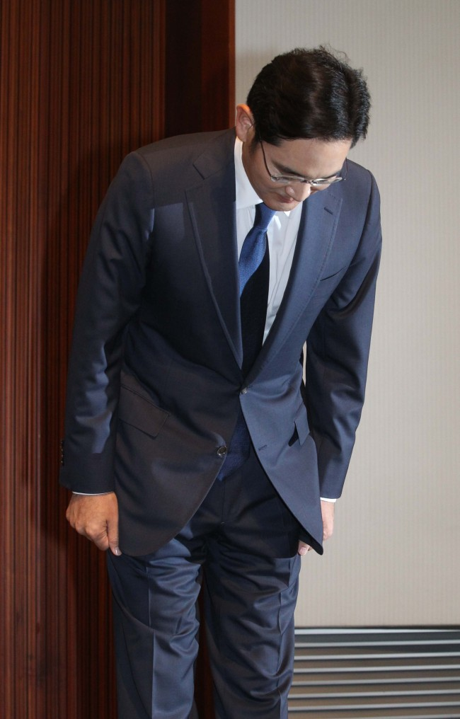 Samsung Electronics vice chairman Lee Jay-yong bows during a press conference held at the company's headquarters in southern Seoul on Tuesday. Yonhap