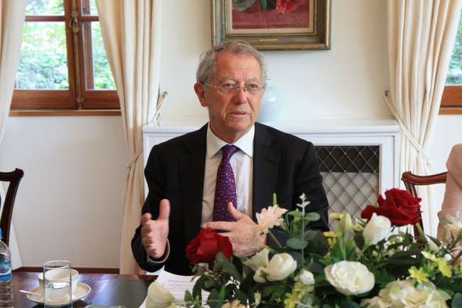 Sir David King, special representative for climate change, U.K. Foreign Secretary Office, at the British Embassy in Seoul.