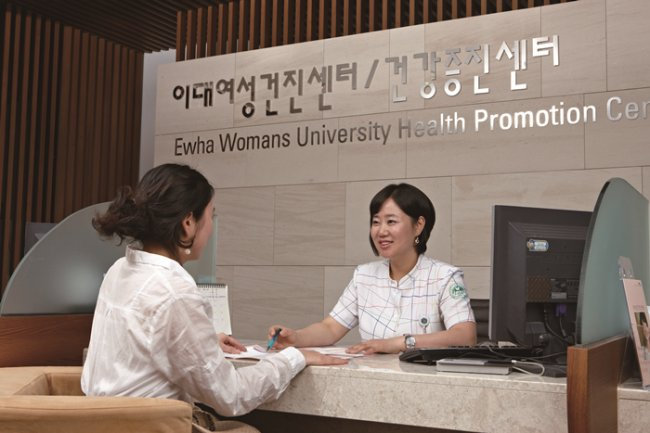 A patient talks to a receptionist at Ewha Womans University Health Promotion Center, a special unit of Ewha Womans University Mokdong Hospital, known for its gender-specific services and medical examinations. (Ewha Womans University Mokdong Hospital)