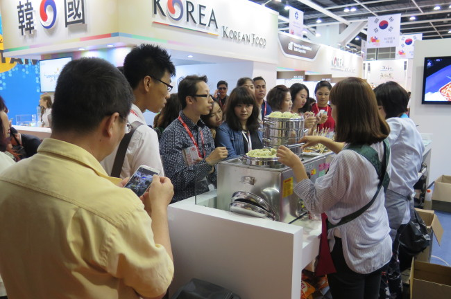 Local and international visitors flock to a Korean street food booth at HOFEX 2015 in Hong Kong last month. (aT)