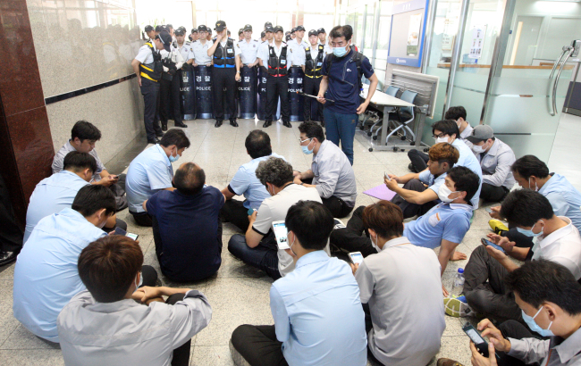 Samsung Techwin's labor union members protest against its plan to change the name to Hanwha Techwin on Monday. Yonhap