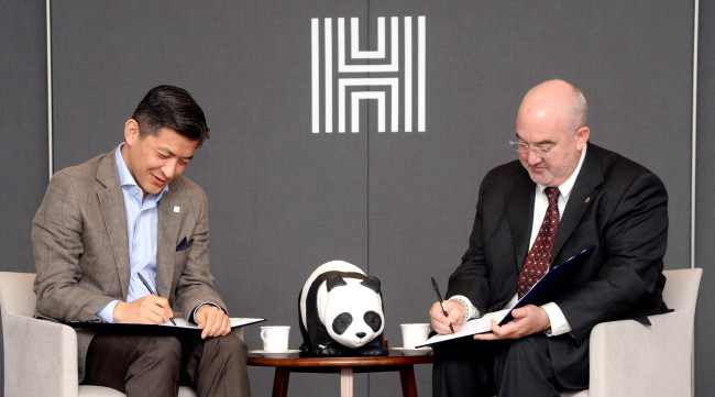 Herald Corp. Chairman Jungwook Hong (left) and WWF-Korea Cochairman Jean-Paul Paddack sign an MOU on Thursday. Park Hyun-koo/The Korea Herald