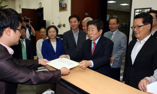 Rep. Yoo Ihn-tae of the main opposition New Politics Alliance for Democracy submits an anti-death penalty draft bill early Monday. (Yonhap)