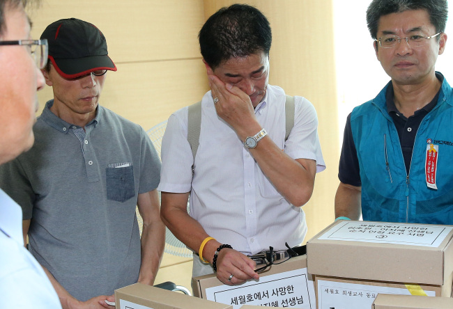 Kim Seok-woo (center), father of the late Kim Cho-won, wipes away his tears while submitting a petition at the Ministry of Personnel Management in Seoul on Tuesday (Yonhap)