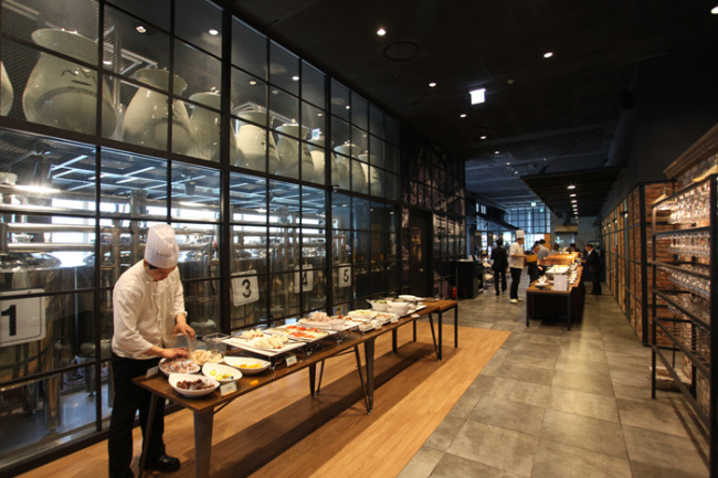 A chef prepares food for the daily lunch buffet at Slow City Brewery & Pub in the Center One complex in Jung-gu, Seoul. (Baesangmyun Brewery)