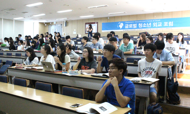 Students of the Hugh O'Brian Youth Leadership Foundation Korea listen to a lecture by Danish Ambassador Thomas Lehmann at Kyung Hee University on July 11. Joel Lee/The Korea Herald