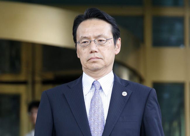 Kenji Kanasugi, minister and deputy chief of mission at the Japanese Embassy, walks out of the building of the South Korean Foreign Ministry in central Seoul Tuesday, after receiving Seoul's protest over Tokyo's claim to Dokdo in its defense whitepaper. (Yonhap)