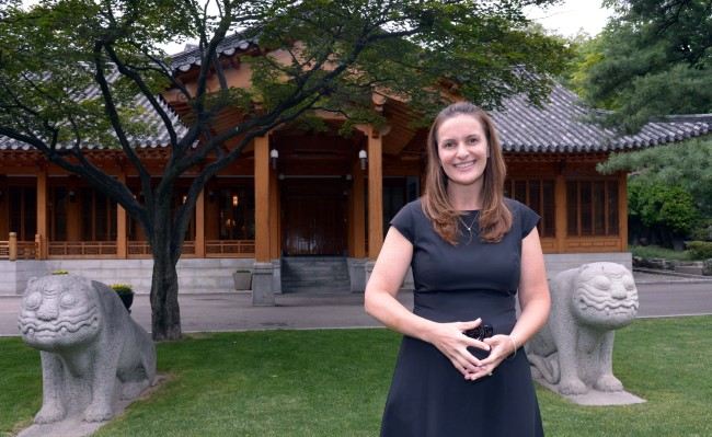 Robyn Lippert, wife of U.S. ambassador Mark Lippert, poses at the Habib House downtown in Seoul (Chung Hee-cho/The Korea Herald)