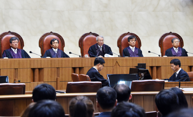 Judges deliver a ruling outlawing contingency fees for lawyers in criminal cases at the Supreme Court in southern Seoul on July 23. (Yonhap)
