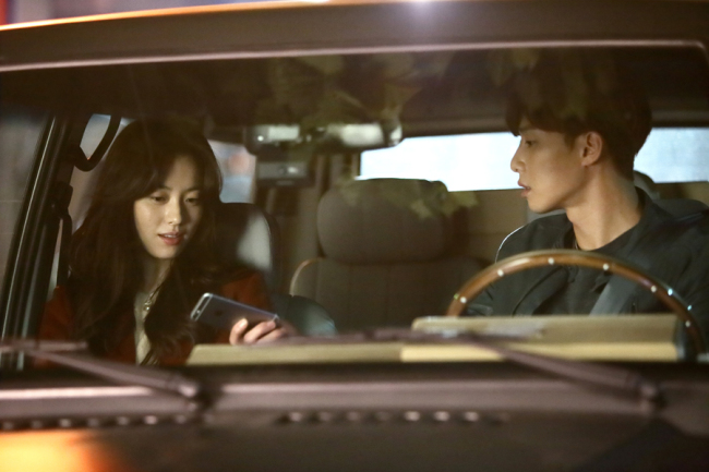 Yi-soo (Han Hyo-joo) and Woo-jin (Park Seo-joon) in a still from