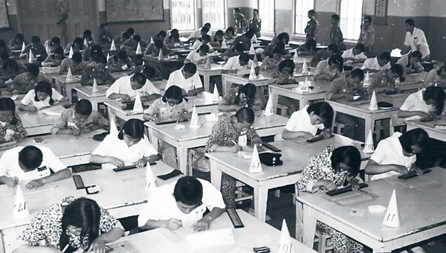 Students participate in an abacus class in this 1950s file photo (Photo courtesy of Gyeongsangbuk-do Education Research Institute)