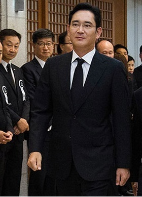 Samsung Electronics vice chairman Lee Jae-yong enters a funeral room at Seoul National University Hospital to pay tribute to the late Lee Maeng-hee, the elder brother of his father, Monday night. (Yonhap)