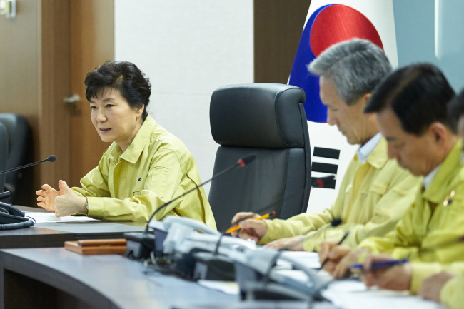 President Park Geun-hye presides over a National Security Council session in an underground crisis management bunker at Cheong Wa Dae on Thursday (Yonhap)