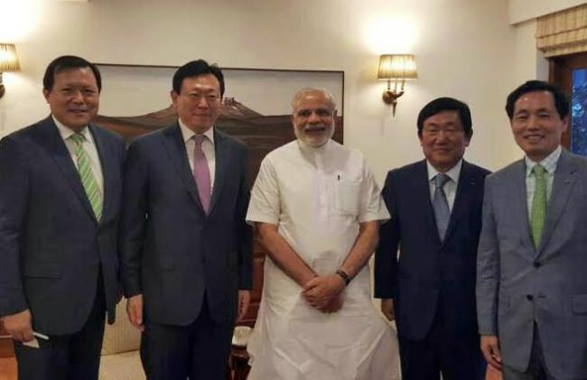 Lotte Group chairman Shin Dong-bin (second from left) poses with Indian Prime Minister Narendra Modi (center) in New Delhi on Thursday. Lotte Group