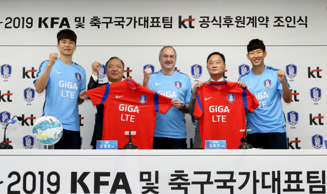 (From left) Ky Seung-yong, the captain of the South Korean football team, KT vice president Oh Young-ho, head coach of the national soccer squad Uli Stielike, vice chairman of the KAF Kim Ho-gon, and forward Son Heung-min. (KT)