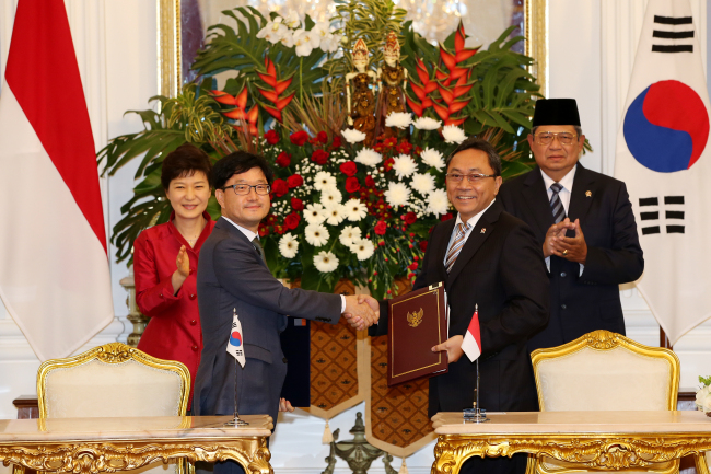 South Korean President Park Geun-hye (far left), Korea Forest Service Minister Shin Won-sop (second from left), Indonesian Minister of Environment and Forestry Zulkifli Hasan (third from left) and Indonesian President Susilo Bambang Yudhoyono attend the signing ceremony of a bilateral forestry pact on Oct. 12, 2013. (Korea Forest Service)