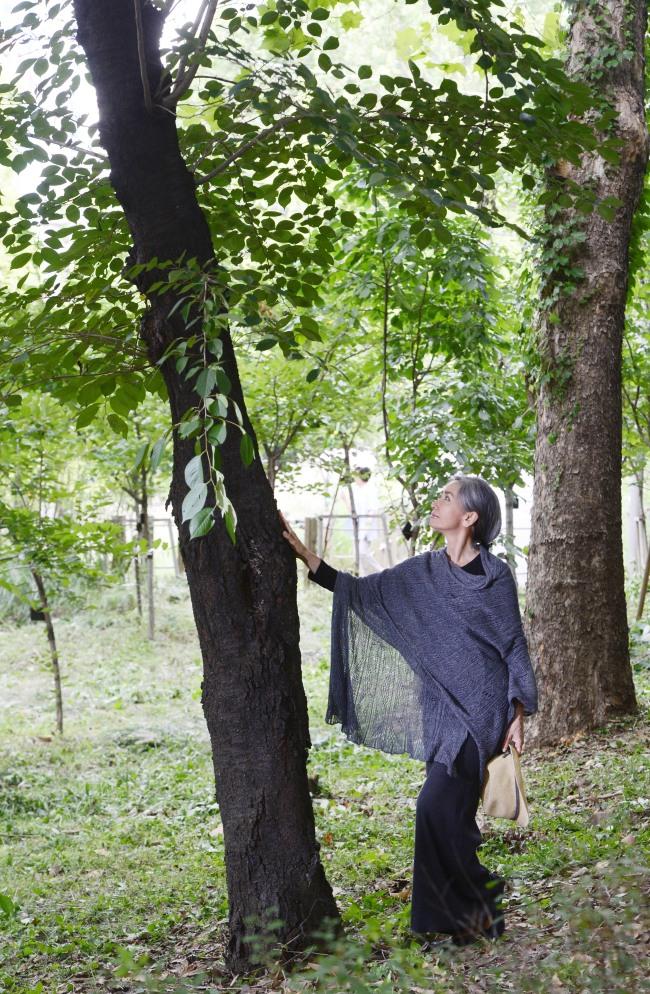 영화배우 문숙. 박해묵 기자/mook@heraldcorp.comNatural healing instructor Moon Sook poses near Yangjaecheon Stream in southern Seoul on Aug. 26. (Park Hae-mook/ The Korea Herald)