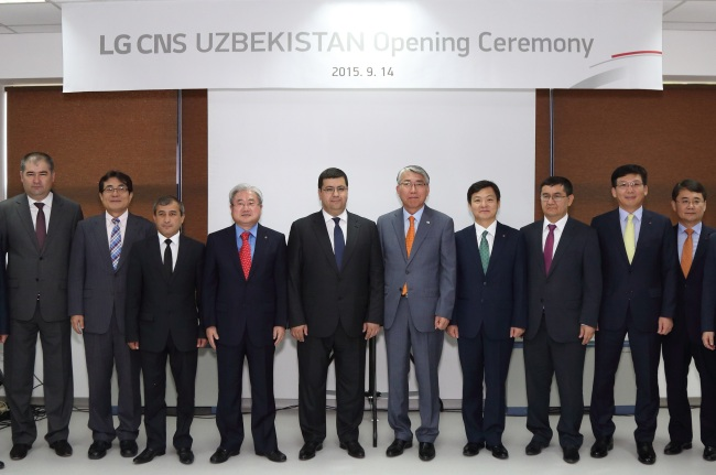 LG CNS CEO Kim Dae-hoon (fourth from left) poses with Uzbek government officials and executives from UZTELECOM and Unicon in the central Asian nation on Monday. (LG CNS)