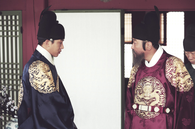 """Yoo Ah-in (left) and Song Kang-ho in """"The Throne"""" (Showbox)"""