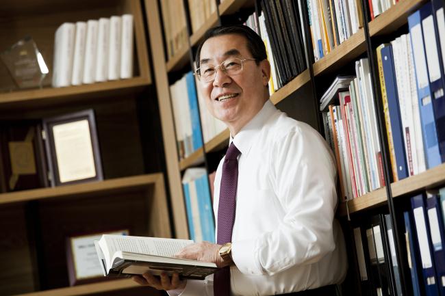 "Anthropologist Choong Soon Kim, author of ""Way Back into Korea"" and president of the Cyber University of Korea. (Ilchokak)"