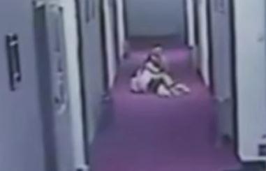 침대보만 걸치고 뛰쳐나온 여성... '모텔에서 무슨 일?'