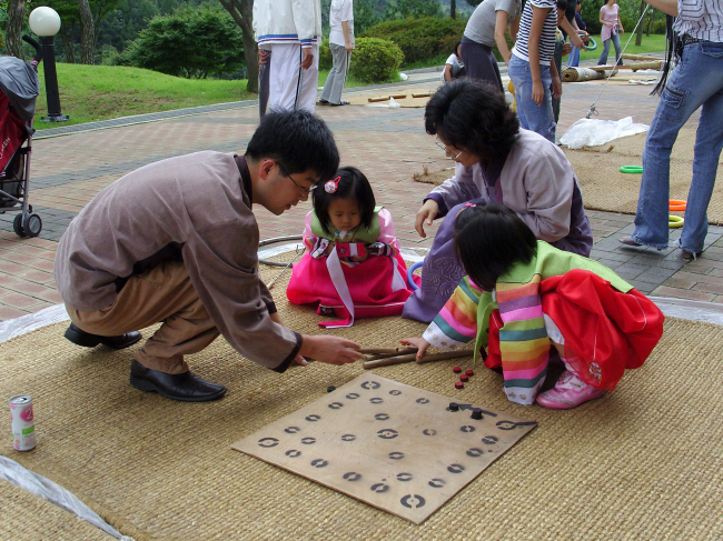 A family plays the Korean traditional