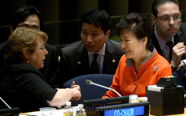 Lee Sung-hwan (center), an assistant presidential secretary for foreign affairs and President Park Geun-hye`s execlusive English interpreter, sits between Park and Chilean President Michelle Bachelet during a U.N. session in New York on Sept. 27. (Yonhap)