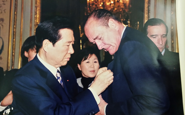 Then-presidential interpreter Choi Jung-wha poses between former Korean President Kim Dae-jung (left) and former French President Jacques Chirac during a state visit in Paris in October 2000. (Corea Image Communications Institute)