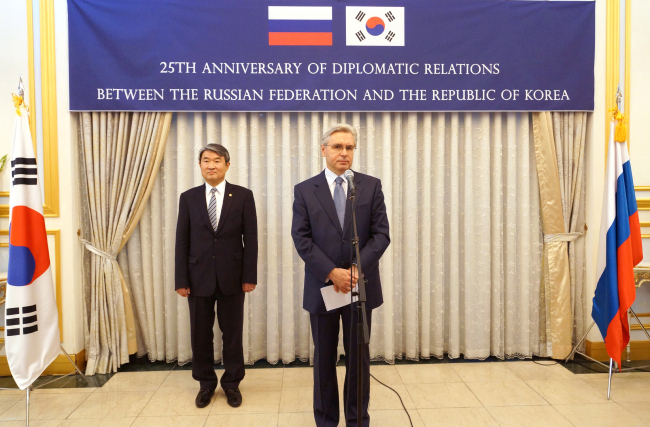 Korea's First Vice Foreign Minister Cho Tae-yong (left) and Russian Ambassador Alexander Timonin at a reception marking the 25th anniversary of diplomatic relations between Russia and Korea at the Russian Embassy on Thursday. Russian embassy