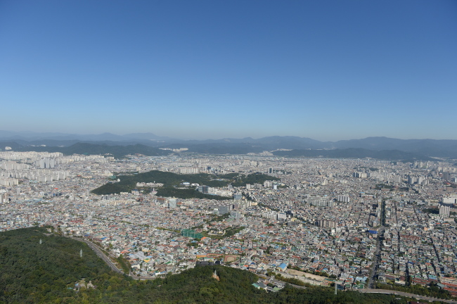 View of Daegu City from Apsan Park's observatory platform (Lieto)
