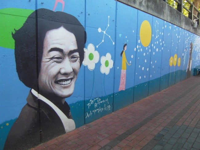 Kim Kwang-seok Road is decorated with paintings commemorating the late singer and songwriter. (Park Hyong-ki/The Korea Herald)
