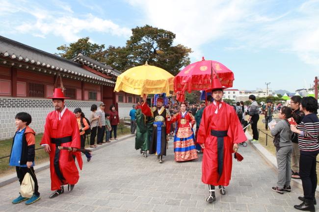 The reenactment of King Jeongjo taking a stroll at Hwaseong Fortress (Suwon City)