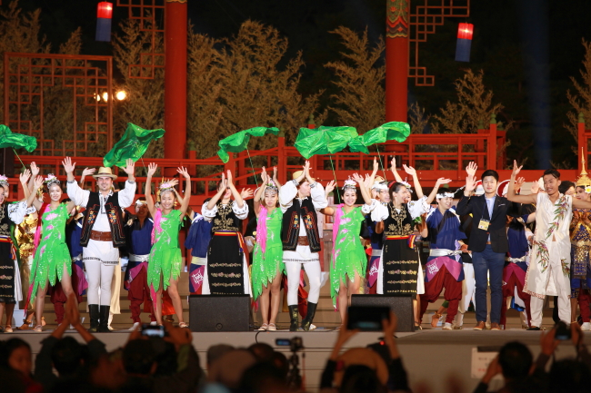 Foreign performers from five countries, including Cambodia, Vietnam and China, which Suwon City has friendly ties with, celebrate the opening of the Suwon Hwaseong Cultural Festival.