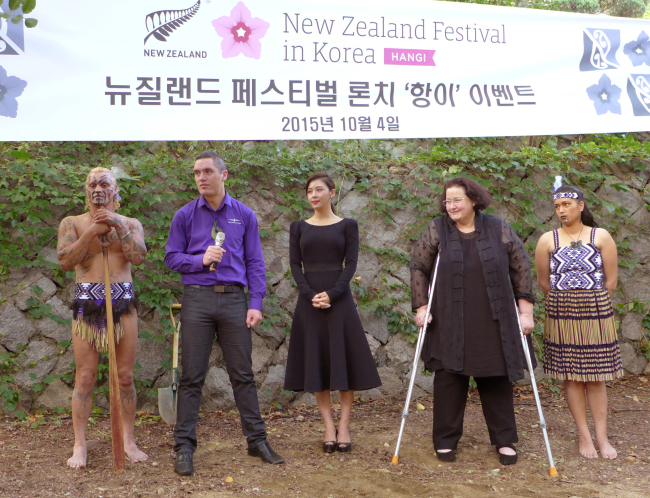 """(From left) New Zealand Ambassador Clare Fearnley (second from right) and New Zealand Cultural Ambassador and Korean actress Ha Ji-won (center) pose with members of Maori kappa haka group at an event at Grand Hyatt Seoul on Oct. 4 that featured traditional """"hangi"""" feast. Joel Lee/The Korea Herald"""