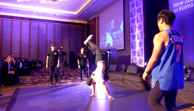 New Zealand B-Boy couple TheBreaksNZ and Korean counterpart Extreme Crew battle out a competition at the New Zealand Festival receptionat Conrad Hotel in Seoul on Thursday. Joel Lee / The Korea Herald.