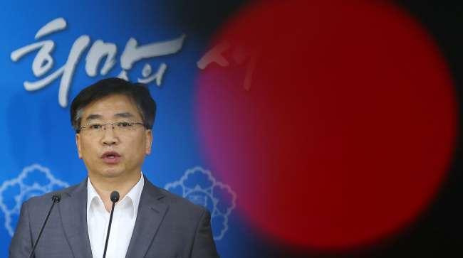 Yang Byung-guk, the director of the Korea Centers for Disease Control and Prevention, at an emergency press briefing Monday. (Yonhap)