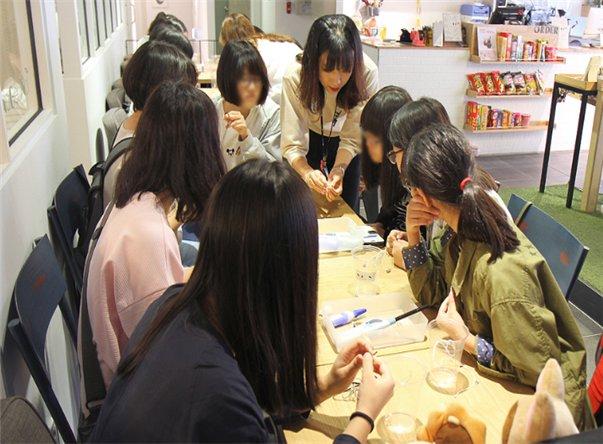 Visitors make bracelets using upcycled materials. (Daegu Gyeongbuk Design Center)