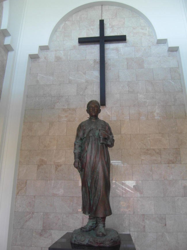 The statue of missionary Mun Jun-kyung, who dedicated her life to promoting Christianity in Shinan (Park Hyong-ki/The Korea Herald)