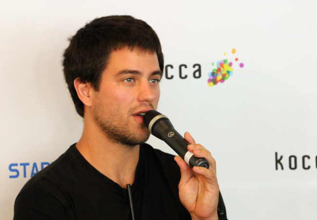 Luke Iseman, start-up incubator Y Combinator's director of hardware, speaks at a press meeting during Startup:CON 2015 in Seoul on Wednesday. (KOCCA)