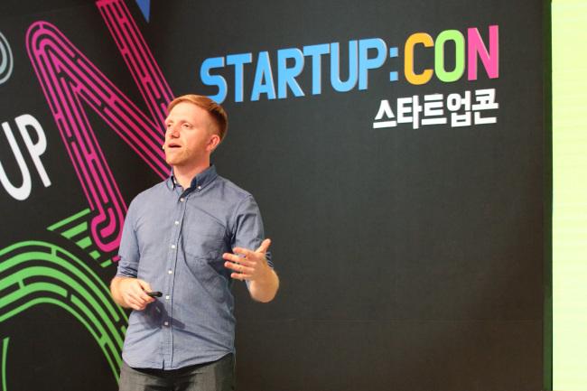 Kickstarter cofounder Charles Adler gives a speech at the Startup:CON 2015 held in Seoul Wednesday. (KOCCA)