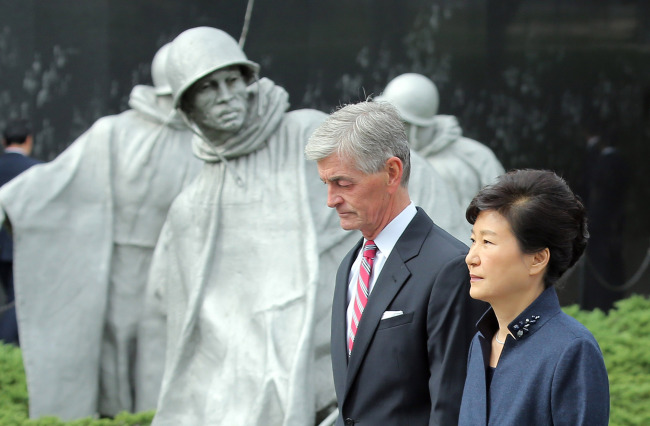President Park Geun-hye visits the Korean War Veterans Memorial in Washington with U.S. Army Secretary John McHugh to pay tribute to American soldiers who served in the 1950-53 Korean War, Wednesday. Yonhap
