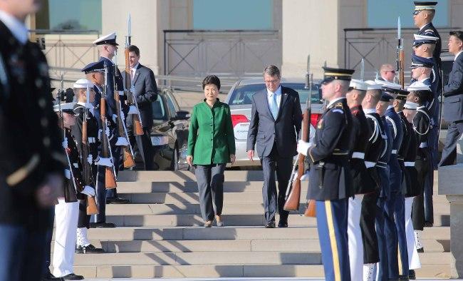 President Park Geun-hye and U.S. Secretary of Defense Ashton Carter walk down stair at the Pentagon in Arlington, Virginia on Thursday. Yonhap