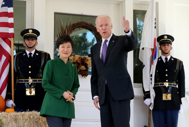 President Park Geun-hye and U.S. Vice President Joe Biden pose for a photograph during her visit to his residence at the Naval Observatory in Washington for a luncheon on Thursday. (Yonhap)